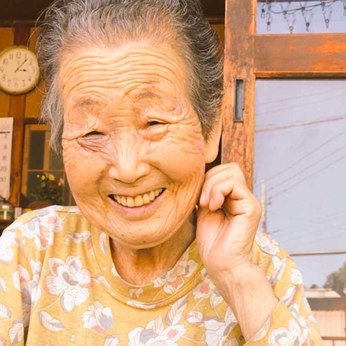고양이 위해 뜨개질하는 92세 할머니